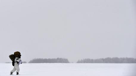 Десантники строят лагерь на дрейфующей льдине в Арктике