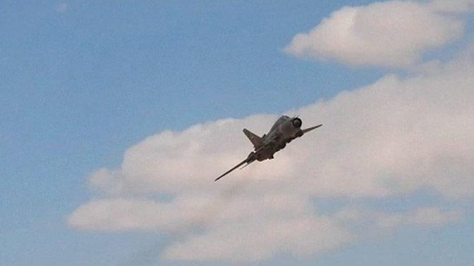 Су-22 Сирии атакует боевиков ИГИЛ* под Аль-Каратьяном: видео