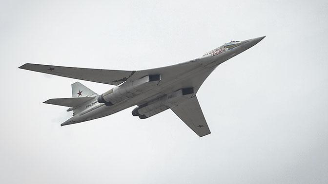 Экипажи Ту-160 ВКС РФ выполняют полеты над нейтральными водами северных морей