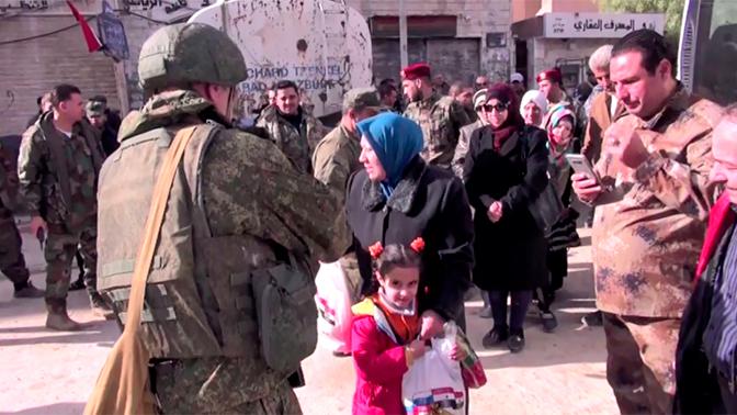 Российские военные провели гуманитарную акцию в сирийской Айре
