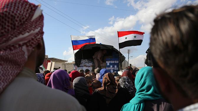 Российские военные раздали гумпомощь в сирийской Хаме