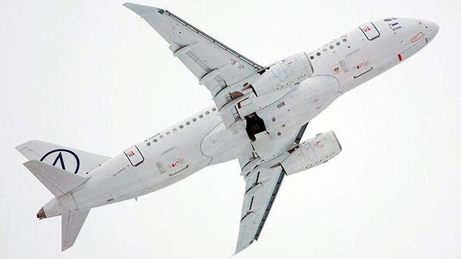 Sukhoi SuperJet 100 сзаконцовками крыла представлен наавиашоу вСингапуре