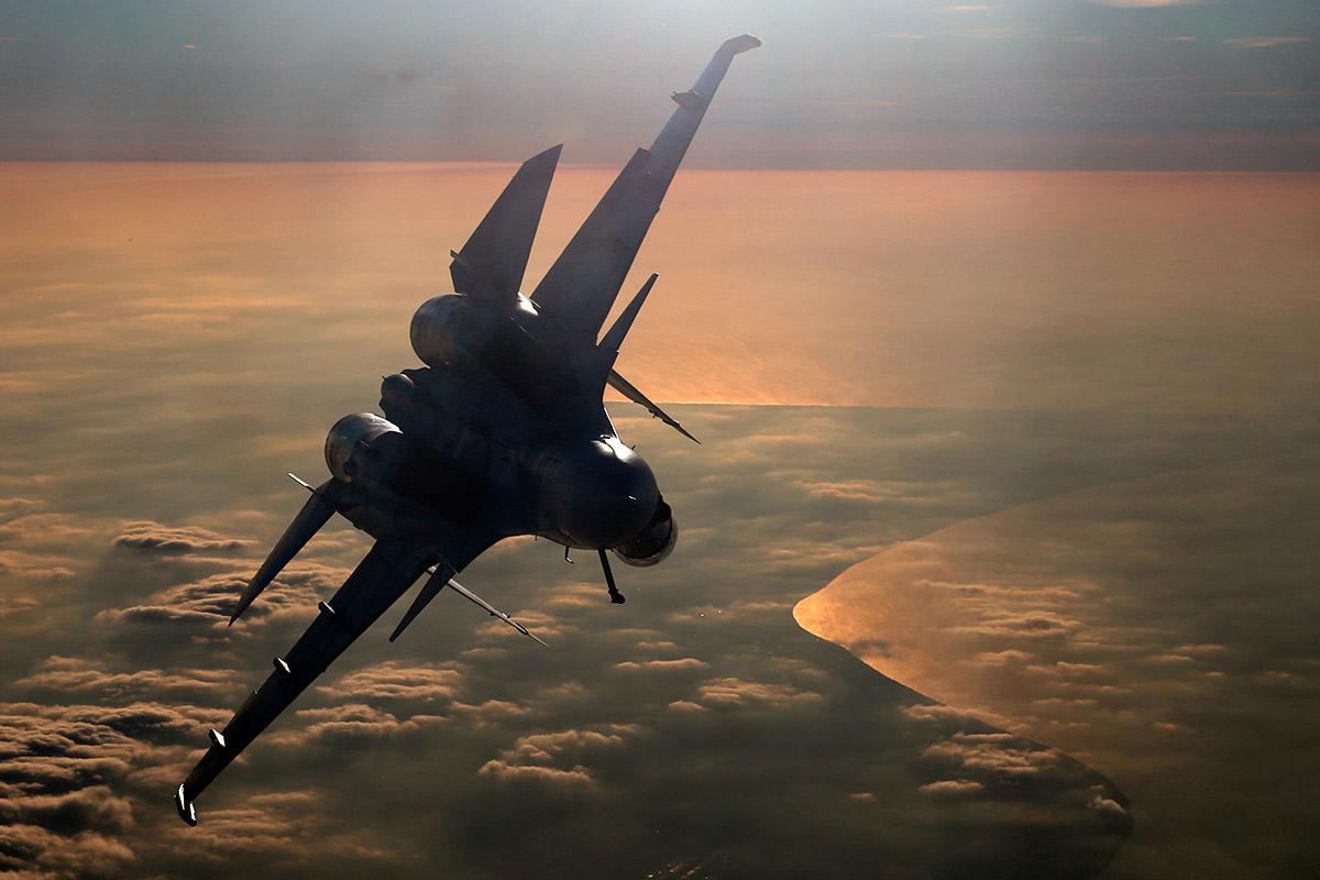 Первая воздушная дозаправка Су-30СМ МА ВМФ России в небе над Азовским морем