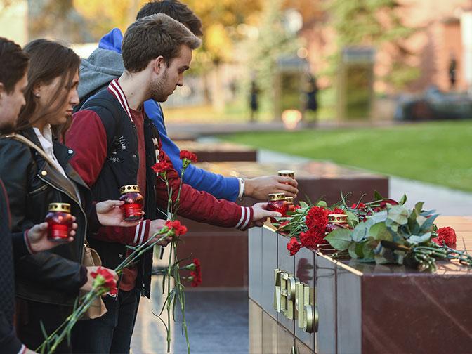 Трагедия в Керчи: москвичи несут цветы к стелле в Александровском саду