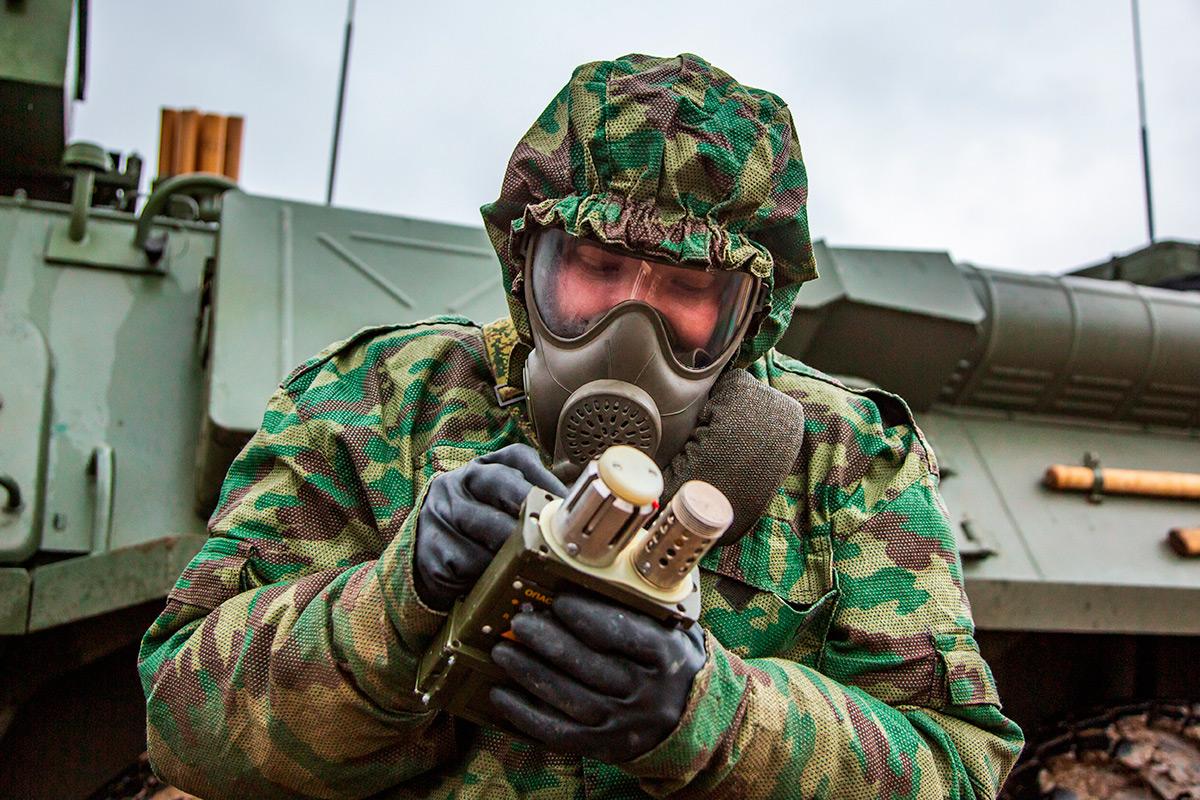 Сквозь дым: эффектные кадры выпускного экзамена курсантов РХБЗ