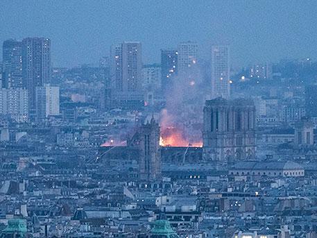 Трагедия в фотографиях: кадры пожара, уничтожившего Нотр-Дам де Пари