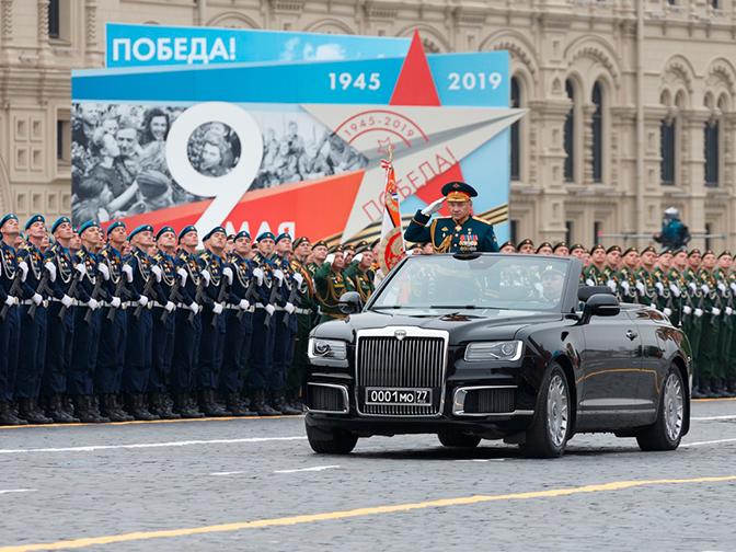 Кабриолет Aurus и АК-12: чем запомнился парад Победы в городах России