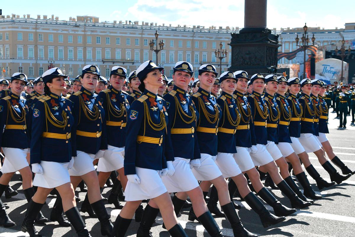 Женская «коробка» военнослужащих проходит по Дворцовой площади Санкт-Петербурга