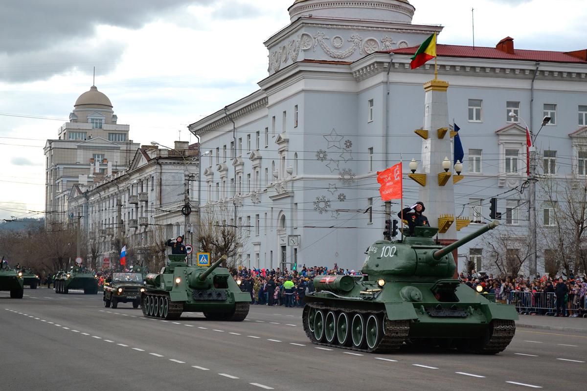 Легендарные танк Т-34 и самоходка Су-100 приняли участие в параде Победы в Чите