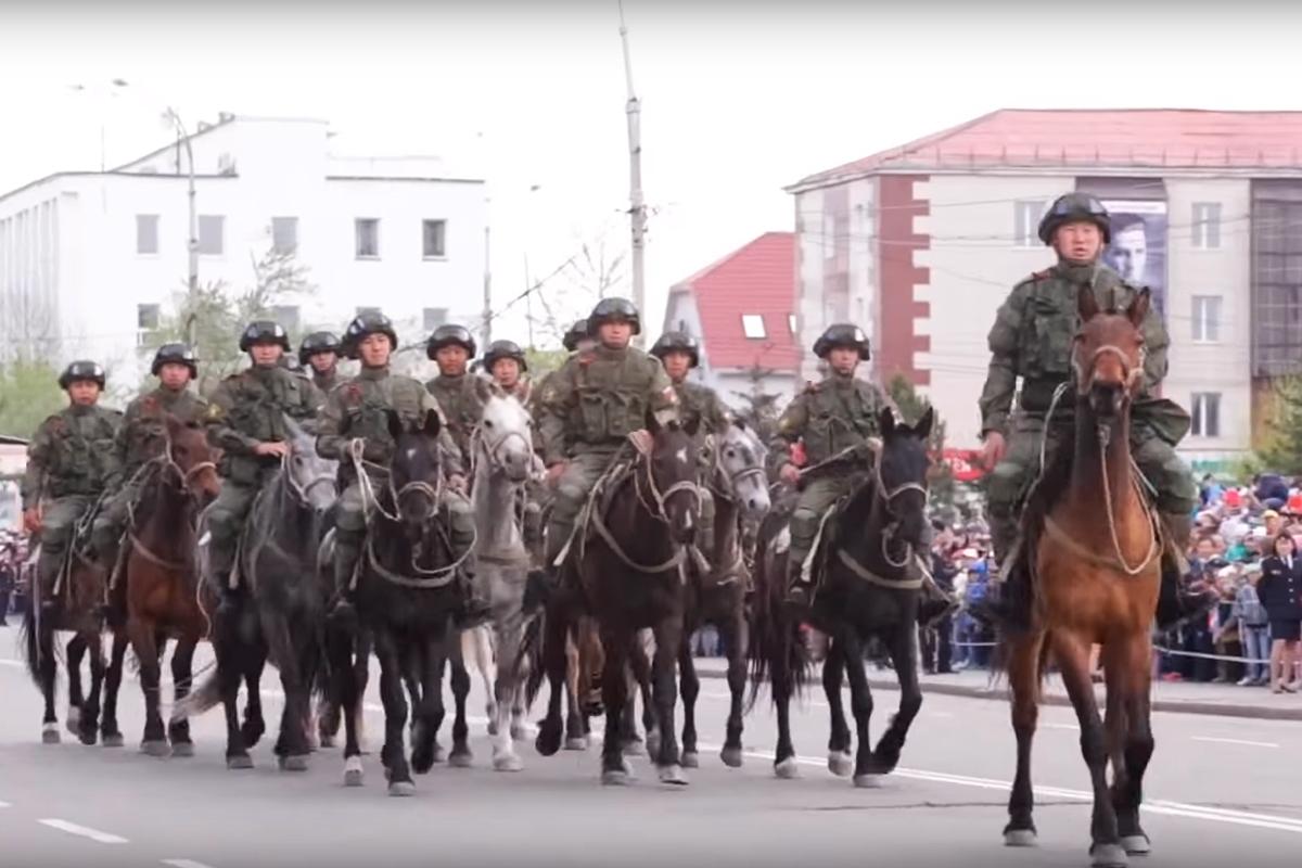 «Горная кавалерия» на площади Арата в центре столицы Тывы
