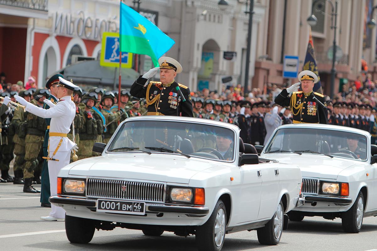 Командующий ТОФ адмирал Авакянц на кабриолете ГАЗ-3102 во время парада Победы во Владивостоке
