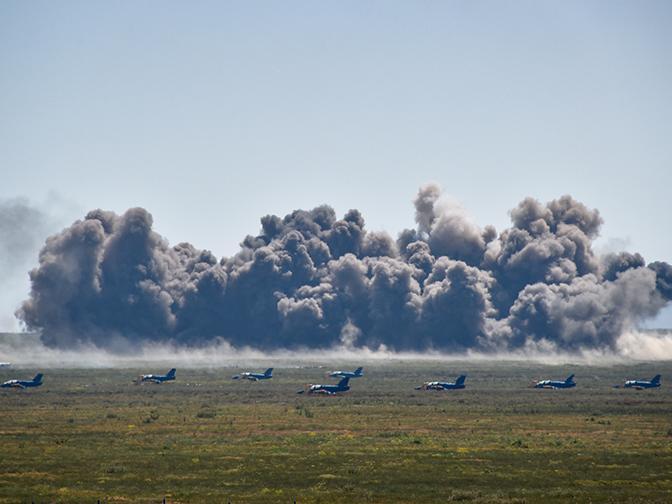 «Зеркало», «кобра» и «бочка»: яркие кадры пилотажного шоу «Авиамикс» в Крыму