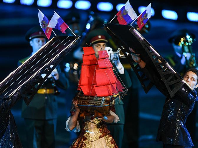 Фиолетовый дым и разводные мосты на Красной площади: самые яркие кадры фестиваля «Спасская башня»