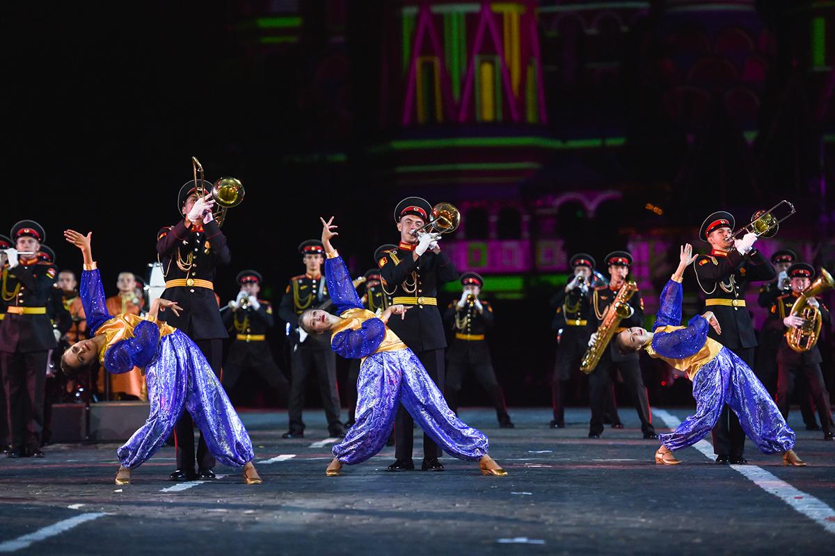 Бой барабанов и зажигательные танцы: как в Москве проходит фестиваль «Спасская башня»