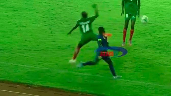 Самый жестокий фол: футболист ударил ногой в голову соперника и наступил на него