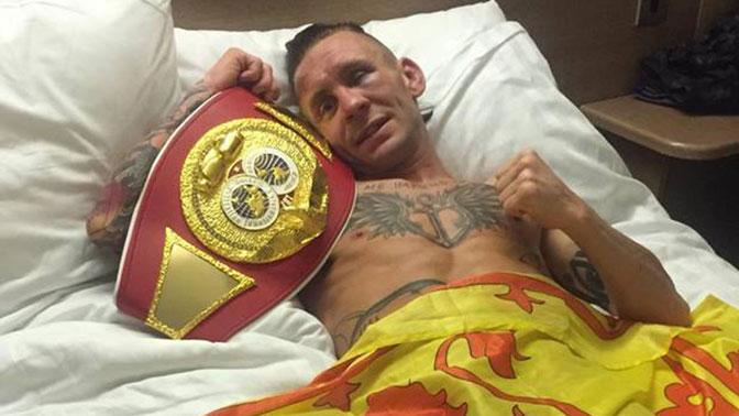 Шотландский боксер продает чемпионский пояс, чтобы купить подарок сыну