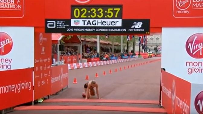 Спортсменка доползла до финиша марафона, упав на последних метрах: видео
