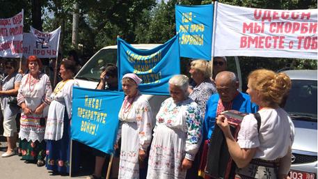 Женщины Бишкека в вышиванках вышли на митинг к посольству Украины