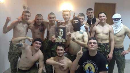 Бойцы «Азова» выложили в Сеть групповое фото с портретом Гитлера