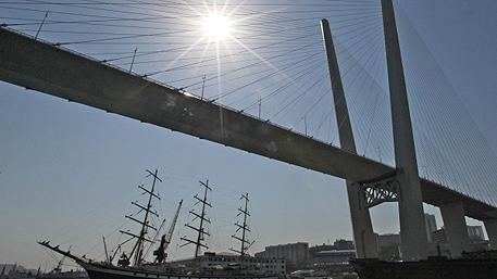 Жителям Владивостока запретили ходить по Золотому мосту