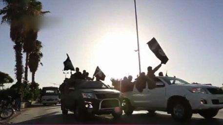 Два террориста ИГИЛ угнали машину с зарплатой для боевиков под Раккой