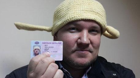 В России впервые выдали водительские права с дуршлагом на голове
