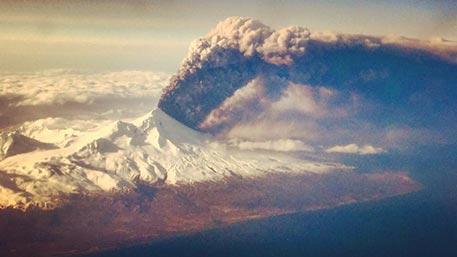 Вулкан Павлова извергается на Аляске, авиасообщение с полуостровом прервано