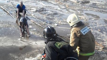 Спасатели сняли ребенка с дрейфующей льдины в Нефтеюганске
