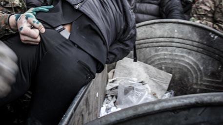 На Украине главу района затолкали в мусорный бак и облили зеленкой