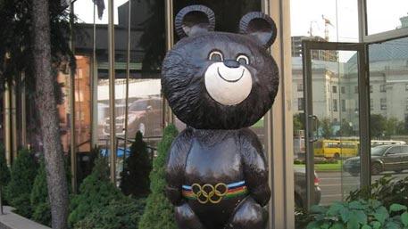 Вандалы-«декоммунизаторы» разбили олимпийского мишку в центре Киева