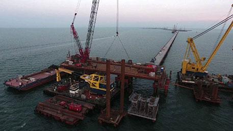 В Керченском проливе устанавливают арку над судовым проходом моста в Крым