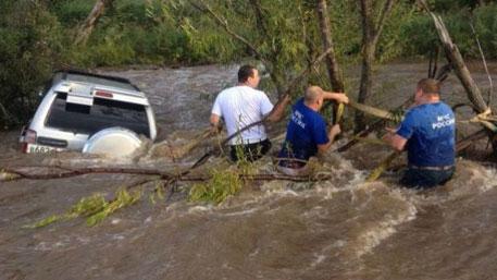 В Приморье сотрудник ГИБДД спас ребенка и его отца из тонущего автомобиля