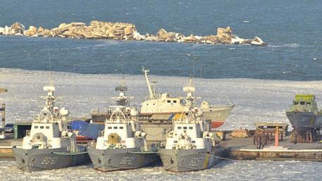 Корабли ВМС Украины вмерзли в лед