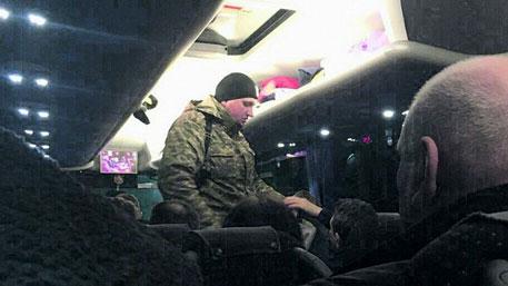 Люди в камуфляже клянчат деньги на «АТО» на границе Украины с Европой