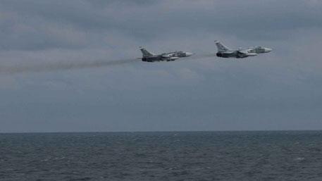 Американские военные опубликовали кадры пролета российских Су-24 над эсминцем Porter