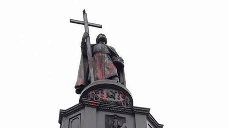 Украинские вандалы залили краской памятник князю Владимиру в Киеве