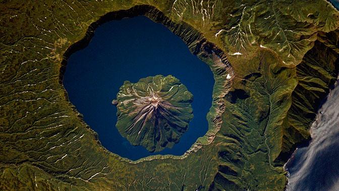 Вулкан в вулкане: самый большой в мире двухъярусный огнедышащий исполин сняли из космоса