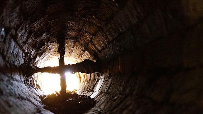 Слесарь по запаху обнаружил труп в вентиляционной шахте одного из домов Москвы