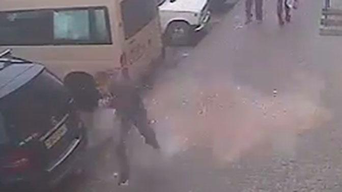 В Витебске прохожий чудом спасся от обвалившейся плиты: видео