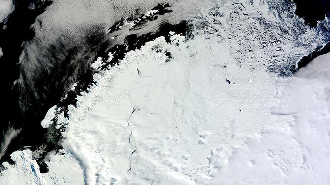 В Антарктиде возникла гигантская таинственная дыра