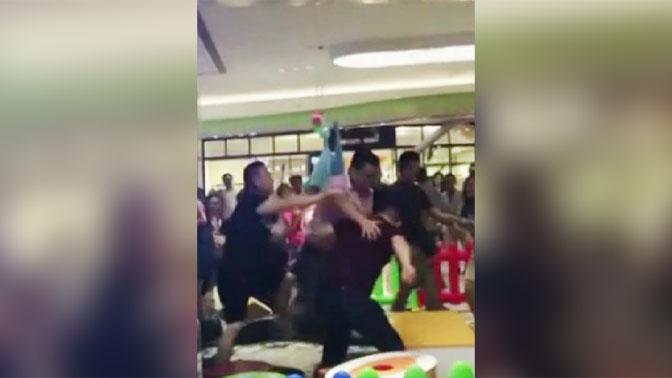 Десятки родителей устроили драку в детской комнате из-за игрушки