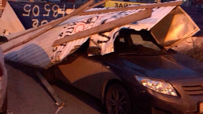 Сорванные крыши, упавшие на машины деревья: кадры последствий сильного ветра в сибирских регионах
