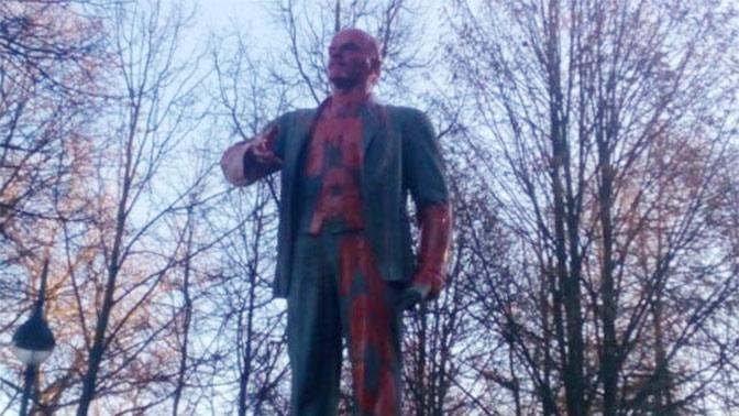«Палач»: памятник Ленину в Петербурге облили красной краской