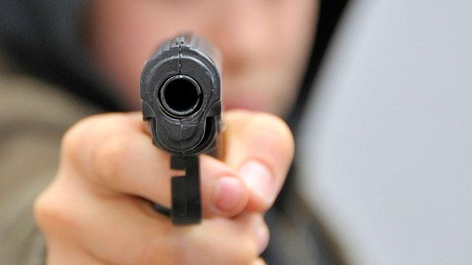 Неизвестные с пистолетом отобрали в мужчины в центре Москвы 110 тысяч долларов