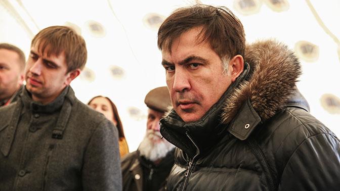 У Саакашвили дома ломают дверь