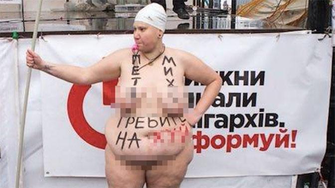 Гребите на ***: пышная активистка Femen разделась в лагере Саакашвили