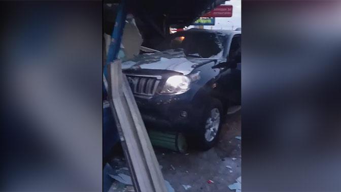 Вседорожный автомобиль сбил группу людей наостановке вМурманске: видео сместа