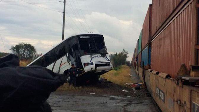 ВМексике поезд протаранил автобус сдетьми, необошлось без жертв