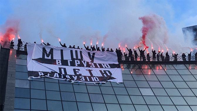 Около 300 человек вКиеве собрались попить кофе вподдержку Порошенко
