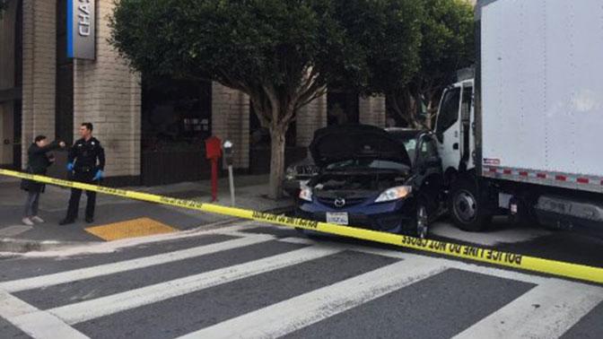Грузовой автомобиль протаранил группу пешеходов вСан-Франциско